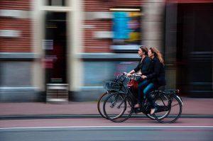 Wer sich als Radfahrer im Straßenverkehr verkehrswidrig verhält und einen Unfall verursacht, muss damit rechnen, dass er haftbar gemacht wird.